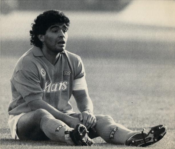 Maradona deluso dopo una sconfitta subita dai partenopei nel torneo di Serie  A 1988-1989 dd95c49bf3cb9