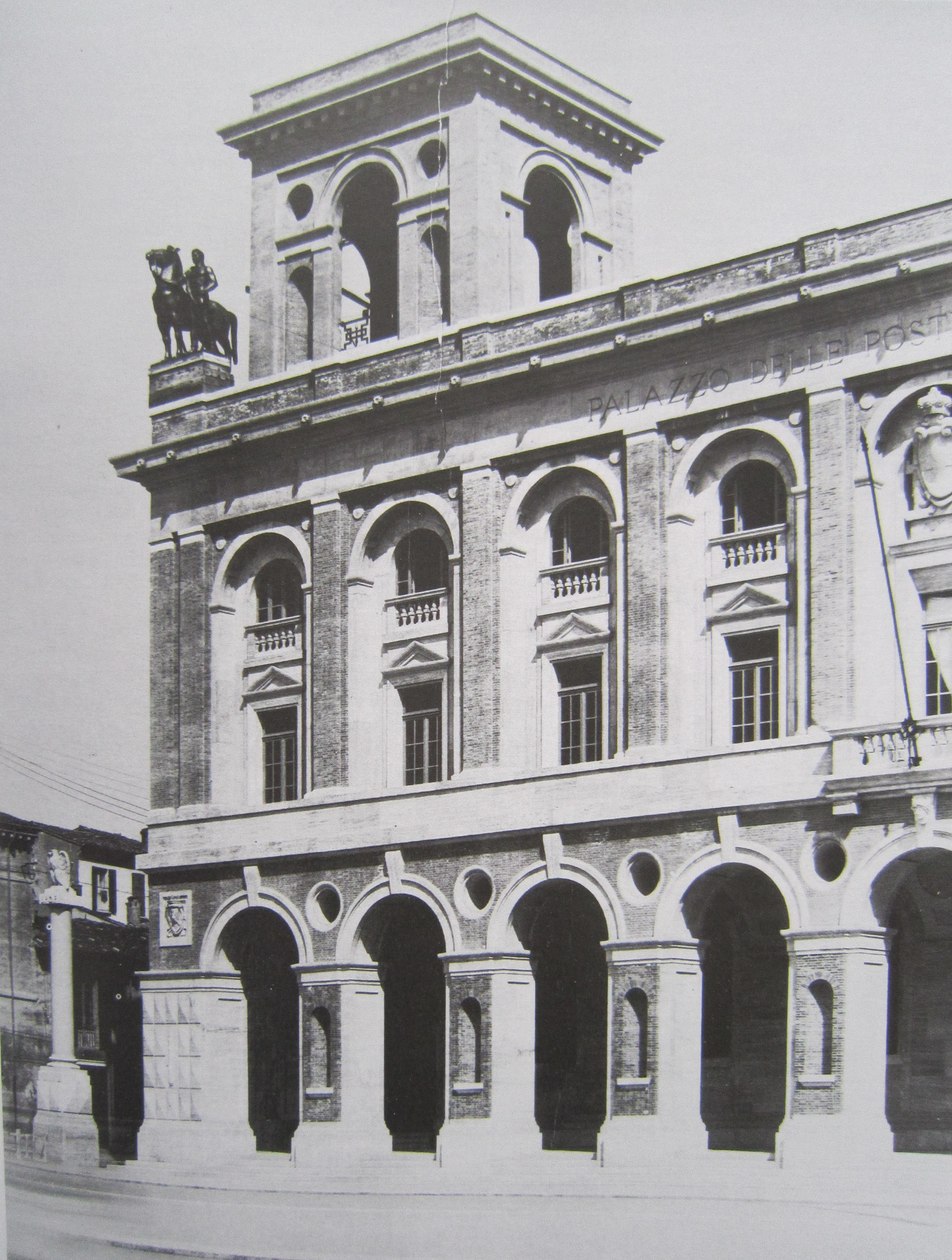 Il palazzo delle Poste e appariva nel 1933 La scultura venne rimossa immediatamente per motivi estetici per essere collocata sopra un analogo edificio