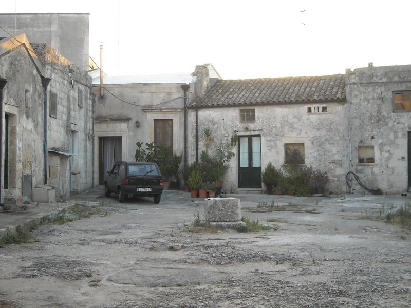 Case a corte nel salento wikipedia for Immagini di case antiche
