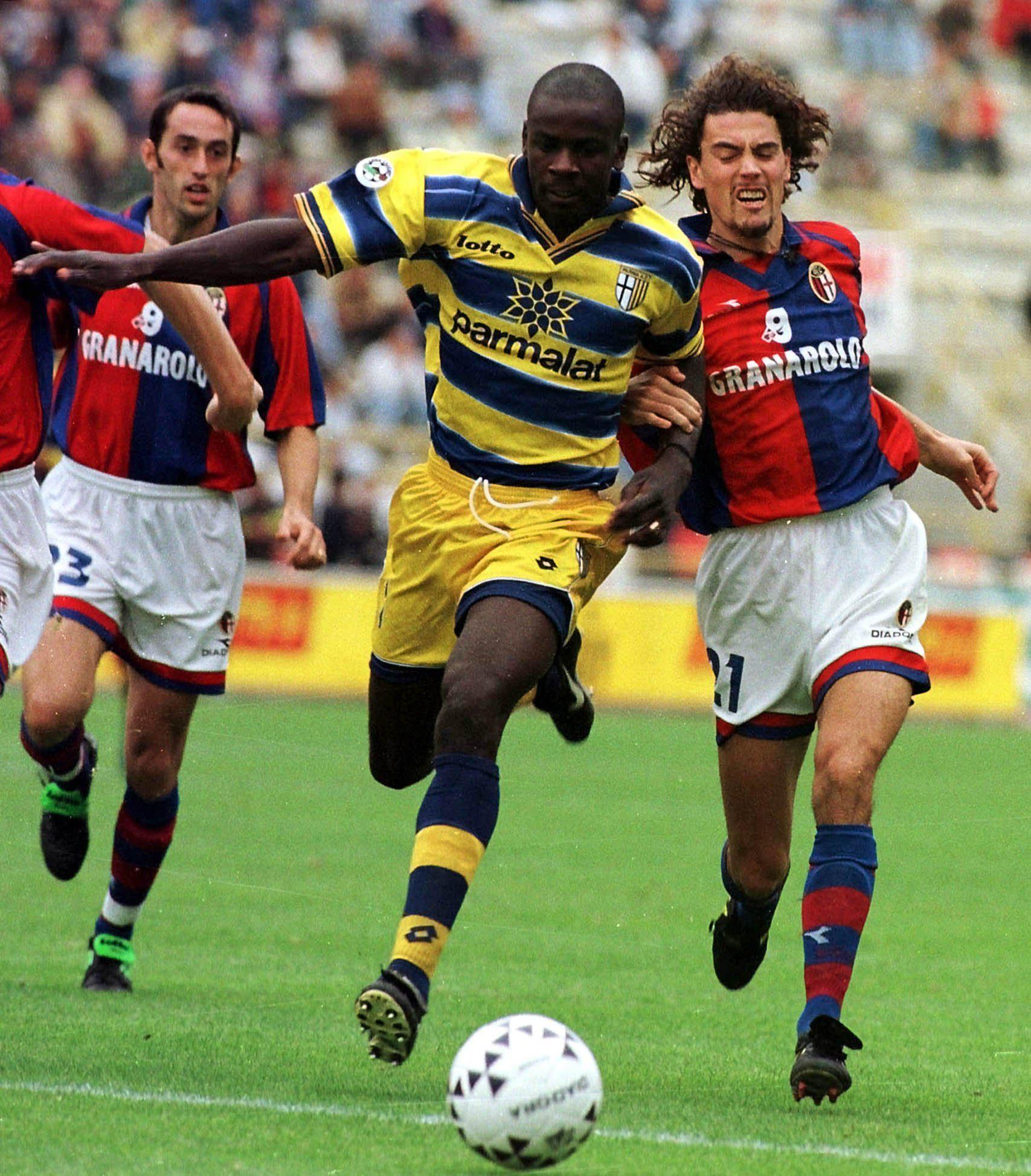 https://upload.wikimedia.org/wikipedia/it/2/20/Serie_A_1998-99_-_Bologna_vs_Parma_-_Lilian_Thuram_e_Jonatan_Binotto.jpg