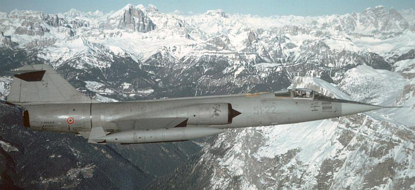 Guidabilità berlina vs coupè serie biturbo - Pagina 2 F-104S-Italian_fighter_over_Alps