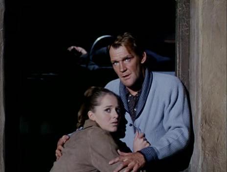 Hilary Heath e Patrick Allen in una scena