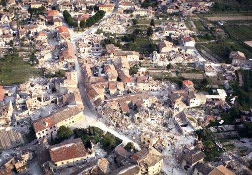 Nella foto: la distruzione dell'area colpita dal terremoto