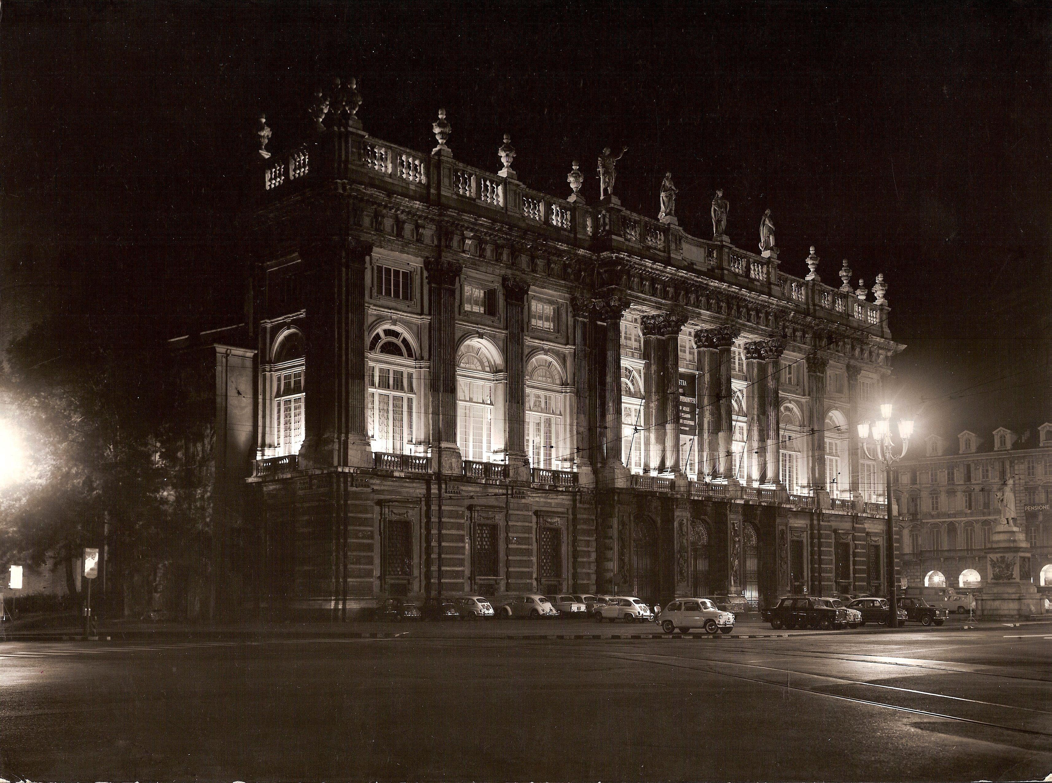 File illuminazione palazzo wikipedia for Mondo convenienza illuminazione