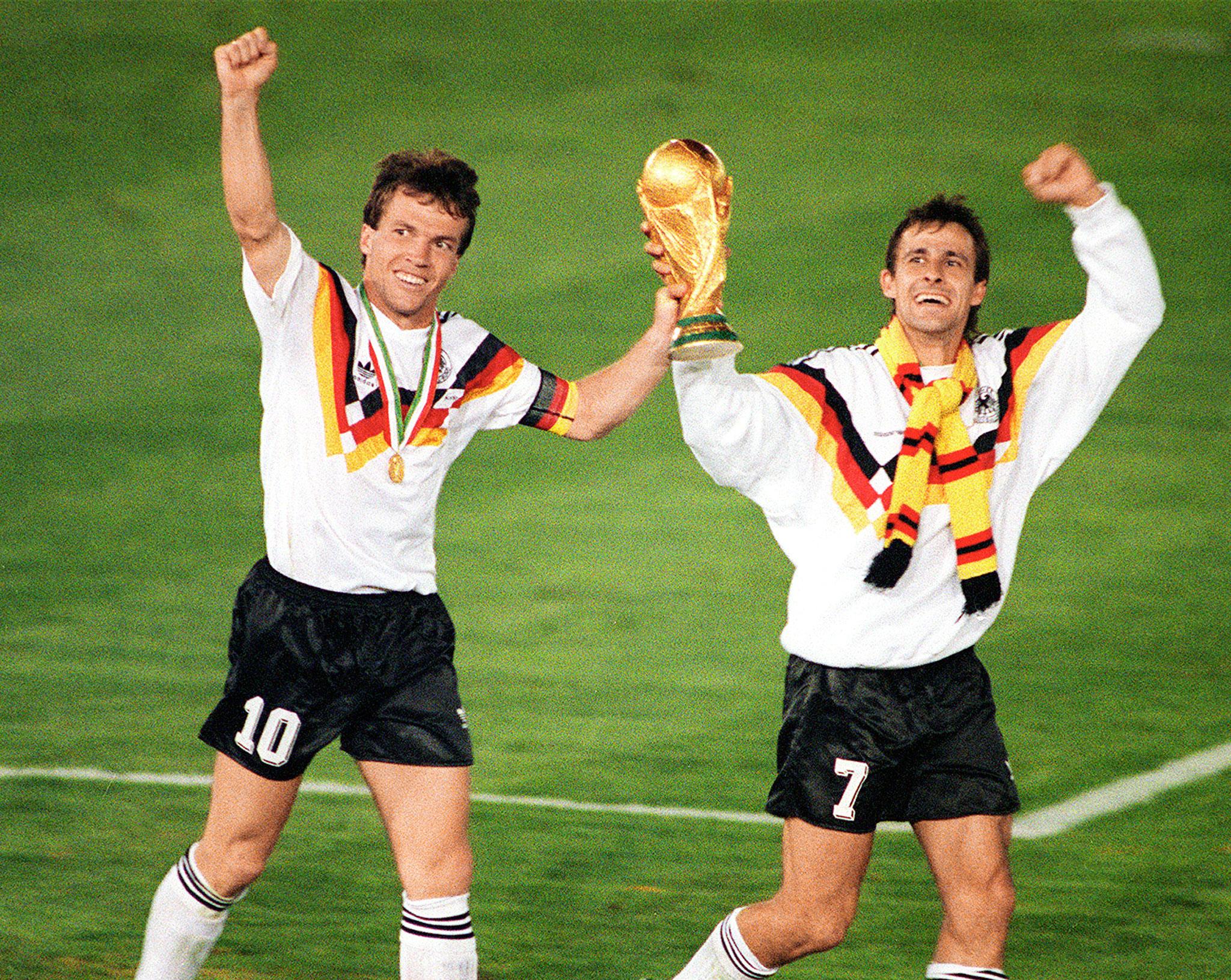I tedeschi Matthäus e Littbarski sollevano la Coppa del Mondo appena vinta contro gli argentini.