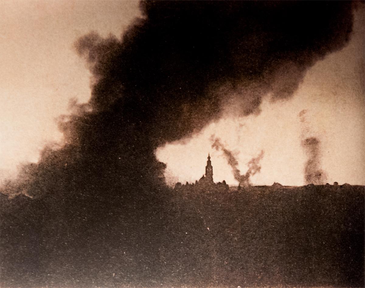 Nella foto: Asiago in fiamme, maggio 1916