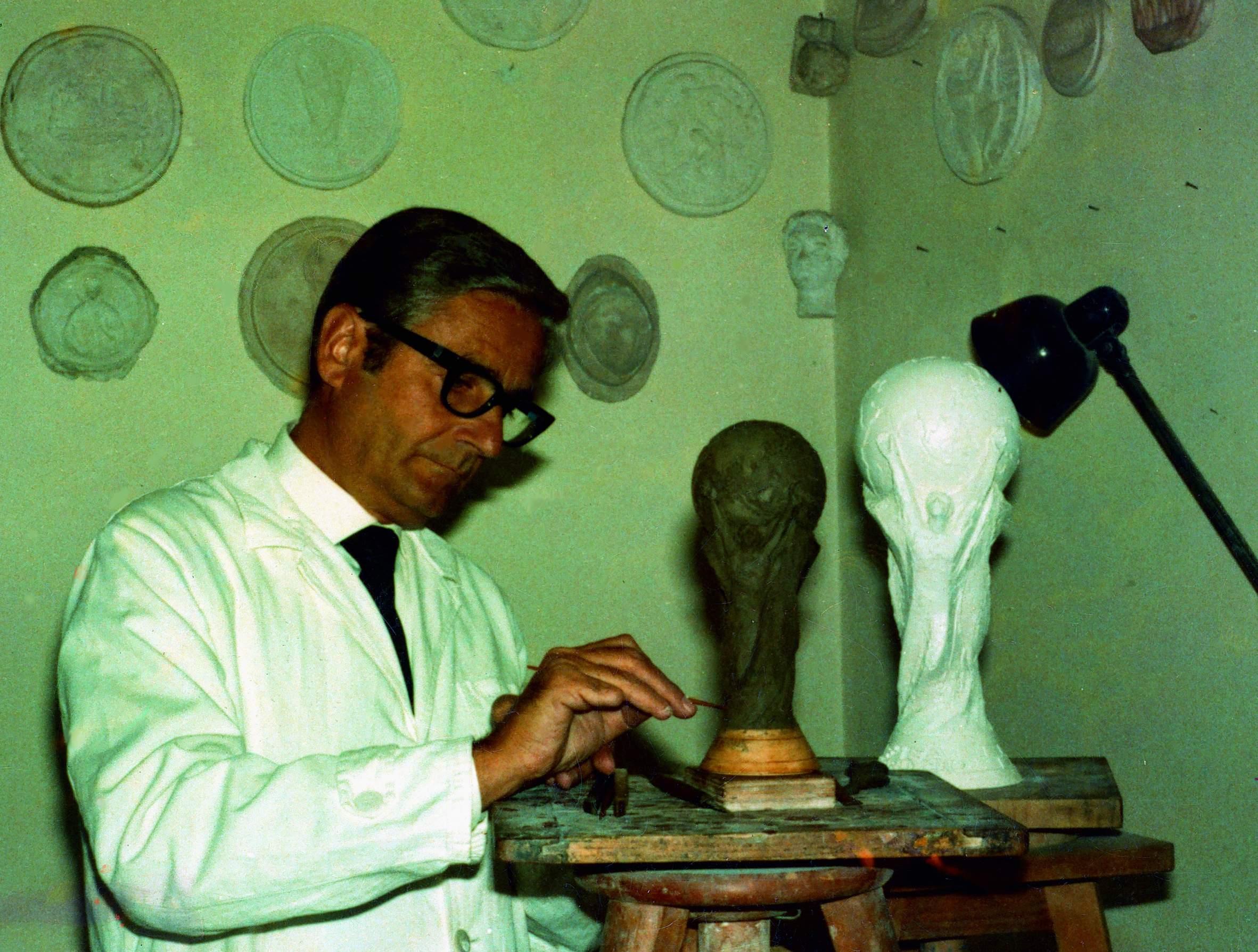 Lo Scultore Silvio Gazzaniga Nel  Mentre Lavora Su Alcuni Prototipi Del Trofeo Della Coppa Del Mondo Fifa