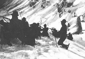 Fanteria degli Alpini in combattimento tra i monti innevati