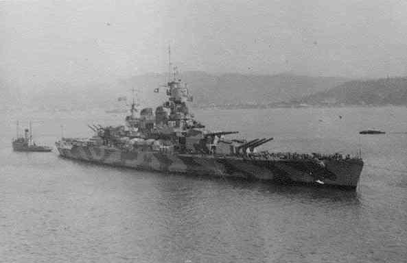 RN_Littorio_battleship_outside_of_La_Spezia_naval_base_(1942).jpg