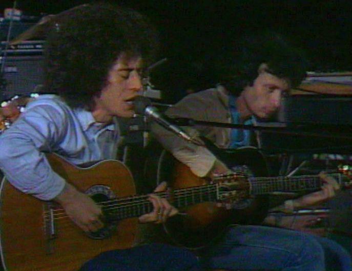 Maurizio Fabrizio accompagna alla chitarra Angelo Branduardi in un concerto nel 1979