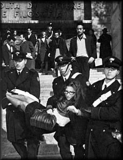 Resistenza non violenta di una studentessa allo sgombero della Università