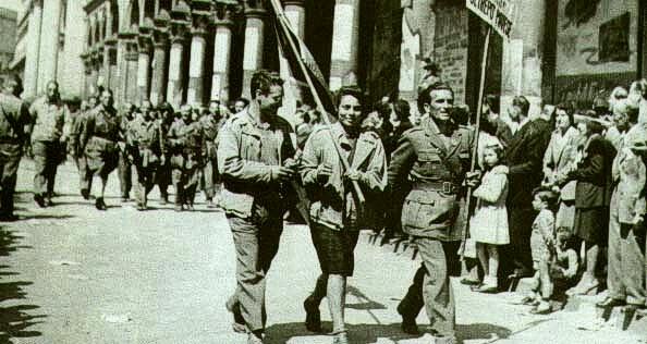 Nella foto: partigiani sfilano per le strade di Milano