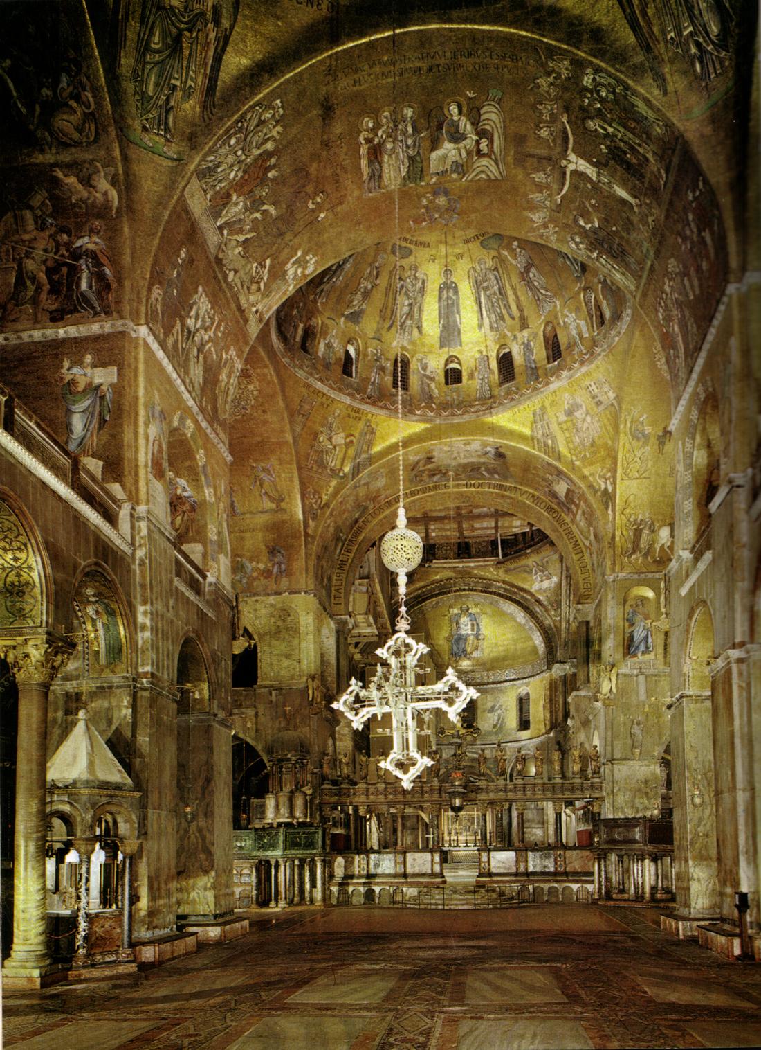 file interno della basilica di san marco