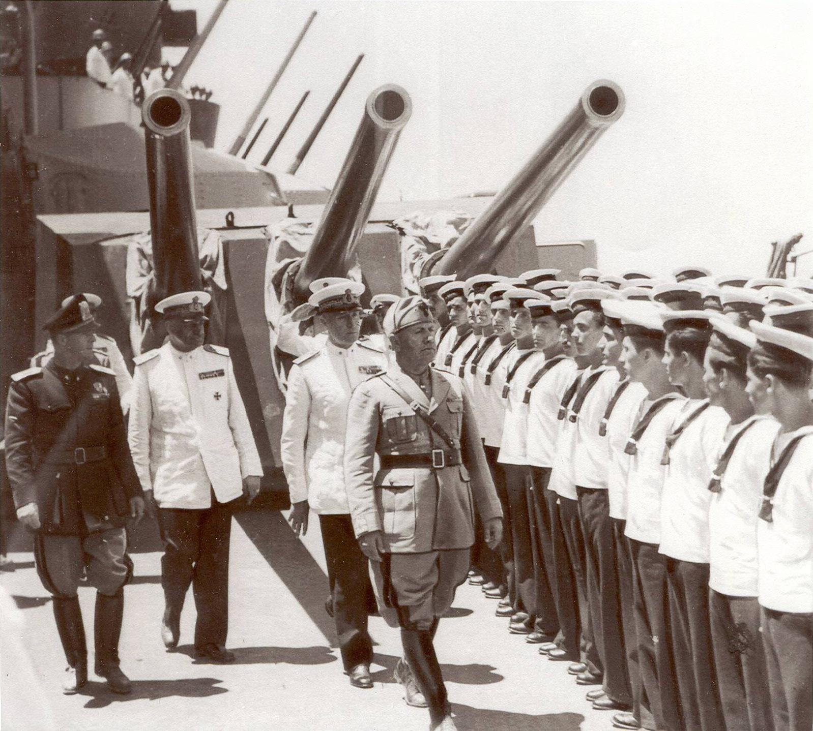 Mussolini_in_rivista_alla_flotta.jpg