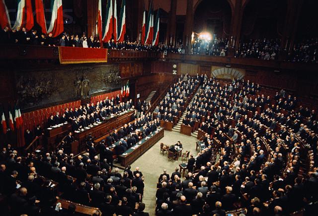 https://upload.wikimedia.org/wikipedia/it/9/98/Parlamento_Italiano_Giuramento_di_Giovanni_Leone.jpg