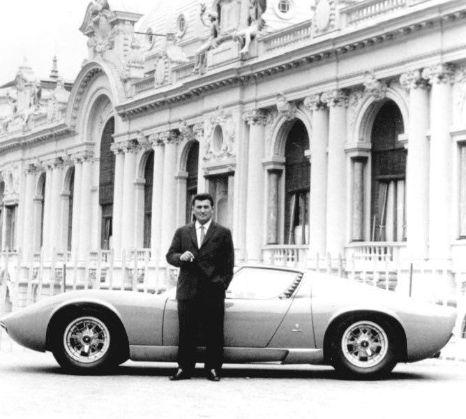 Nella foto: Ferruccio Lamborghini accanto ad un esemplare di Lamborghini Miura