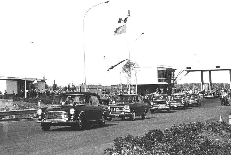 Nella foto: Antonio Segni inaugura l'autostrada del Sole, il 4 ottobre 1964, a bordo della Lancia Flaminia 335 presidenziale
