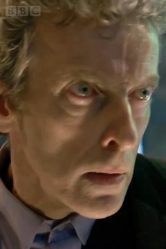 L'attore Peter Capaldi nei suoi primi istanti nei panni del Dottore, dall'episodio speciale The Time of the Doctor.