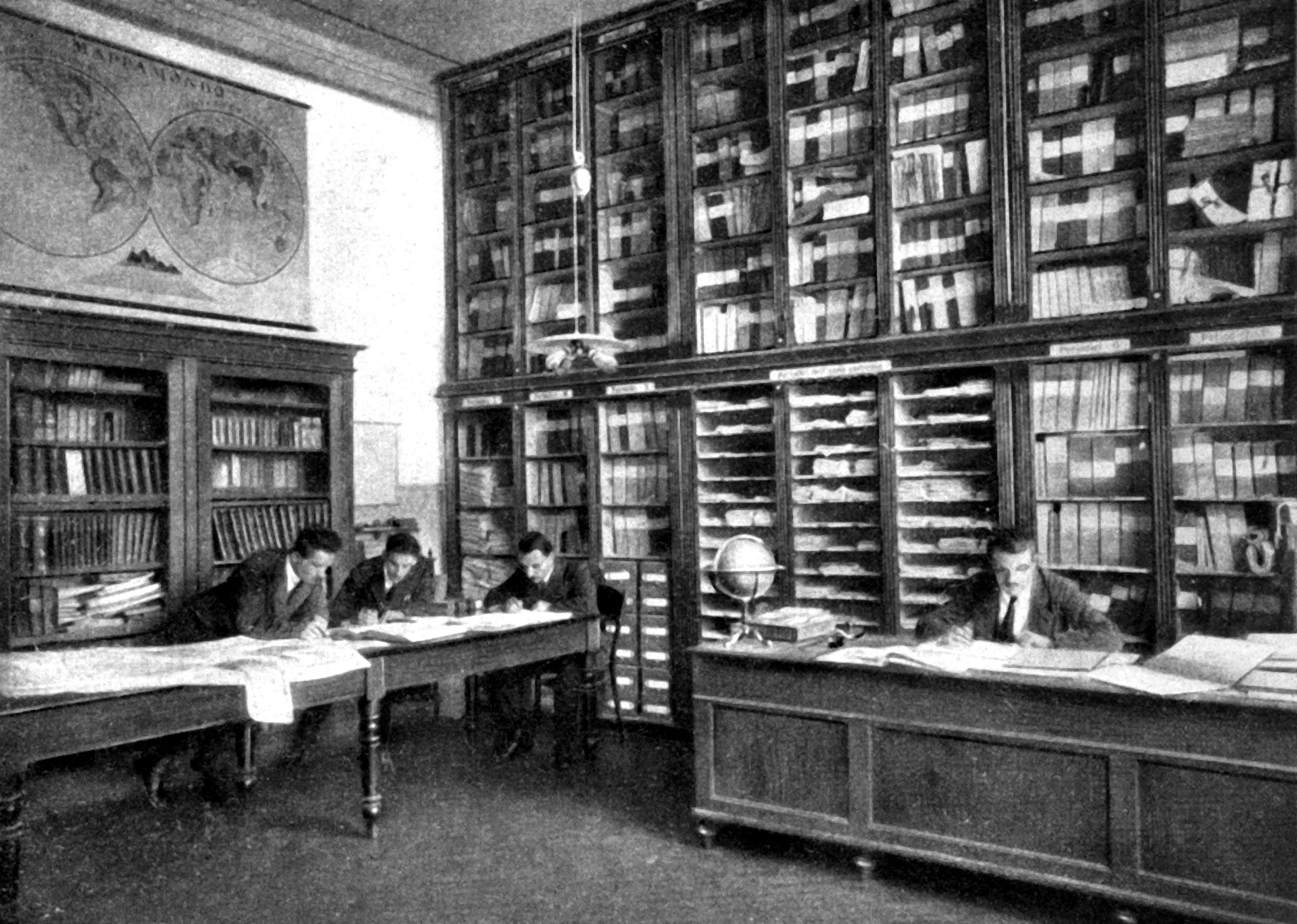 Ufficio Wikipedia : File:alla scrivania dellufficio scientifico nel 1920.jpg wikipedia