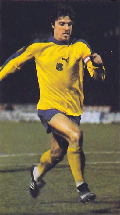 816040e167ef6e Ruud Krol in azione nel 1978 con la seconda divisa gialloblù dell'epoca. I  colori della maglia dell'Ajax ...
