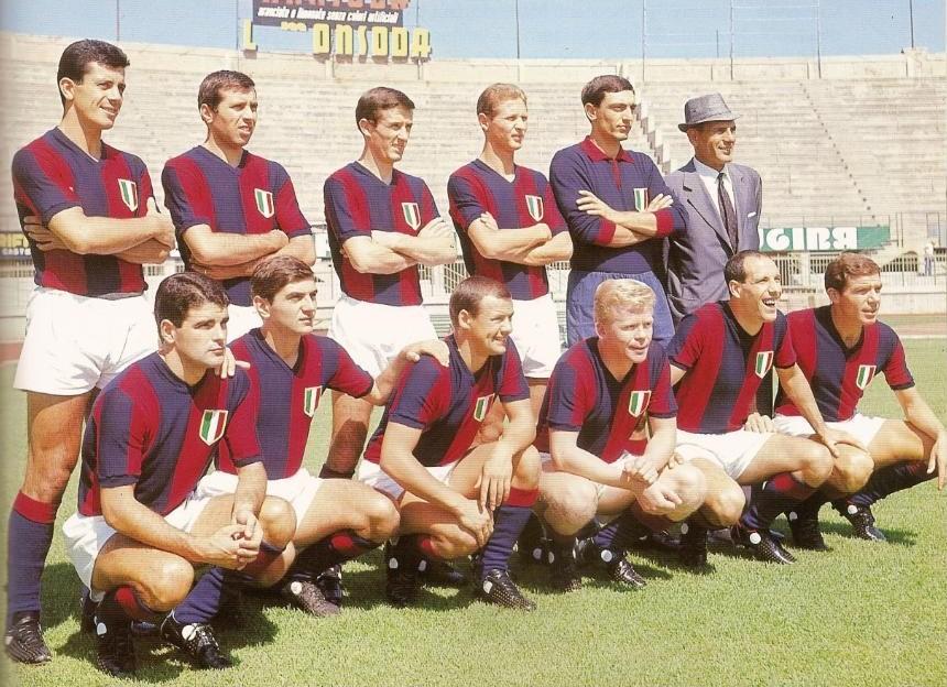 La formazione del Bologna 1964-65, con lo Scudetto sul petto