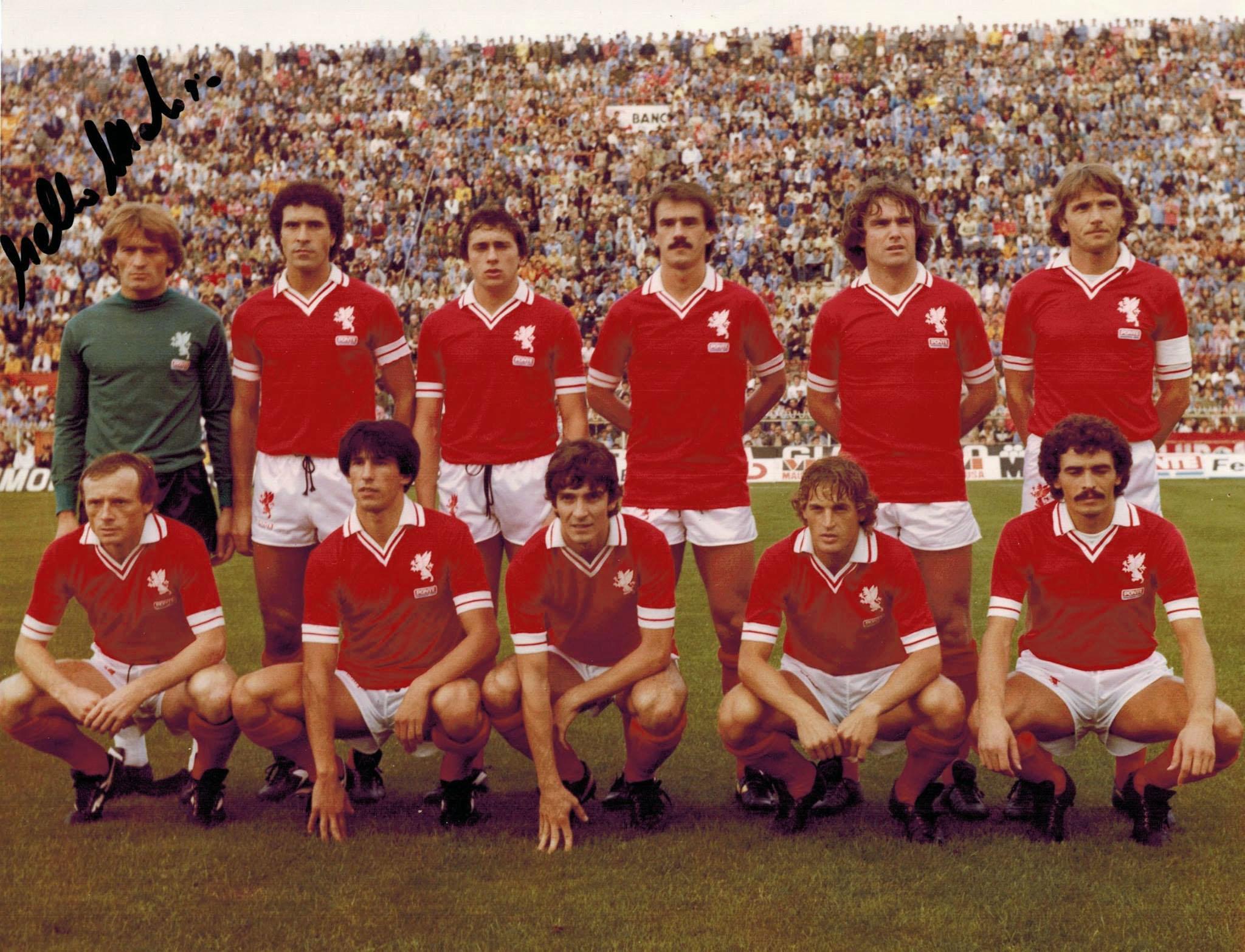 a7cfaa3ca La squadra perugina scesa in campo il 26 agosto 1979 per la sfida di Coppa  Italia contro la Roma, con indosso la prima maglia sponsorizzata del calcio  ...