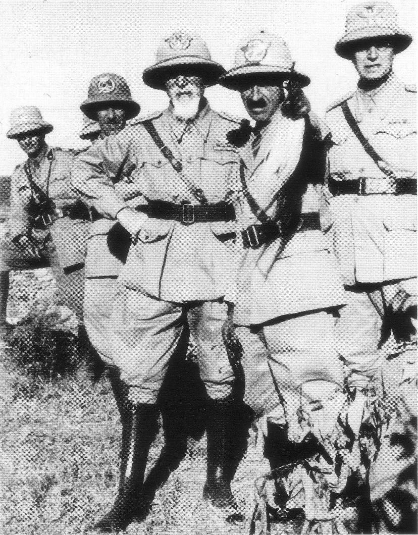 De Bono (avec la barbe blanche). Soutien de Mussolini depuis longtemps, il s'oppose à lui en 1943 lors du vote qui le dépose. Arrêté après la reprise en main allemande de l'Italie, il est exécuté malgré son âge avancé.