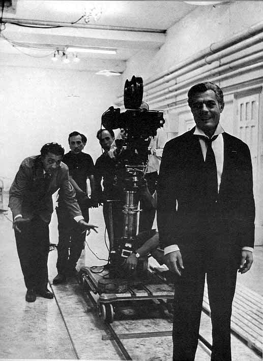 Fellini dirigiendo a Mastroiani