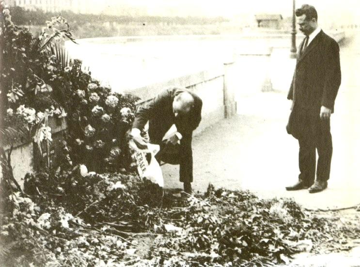Il sindacalista Bruno Buozzi reca l'omaggio della CGdL a Giacomo Matteotti sul luogo del suo rapimento sul lungotevere Arnaldo da Brescia a Roma. Bruno Buozzi sara' assassinato nell'Eccidio nazifascista