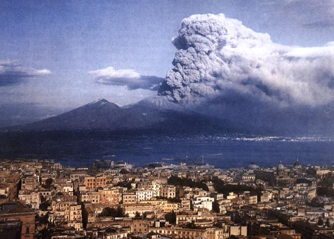 1944 : Eruption du volcan Vésuve avec Naples au premier plan.