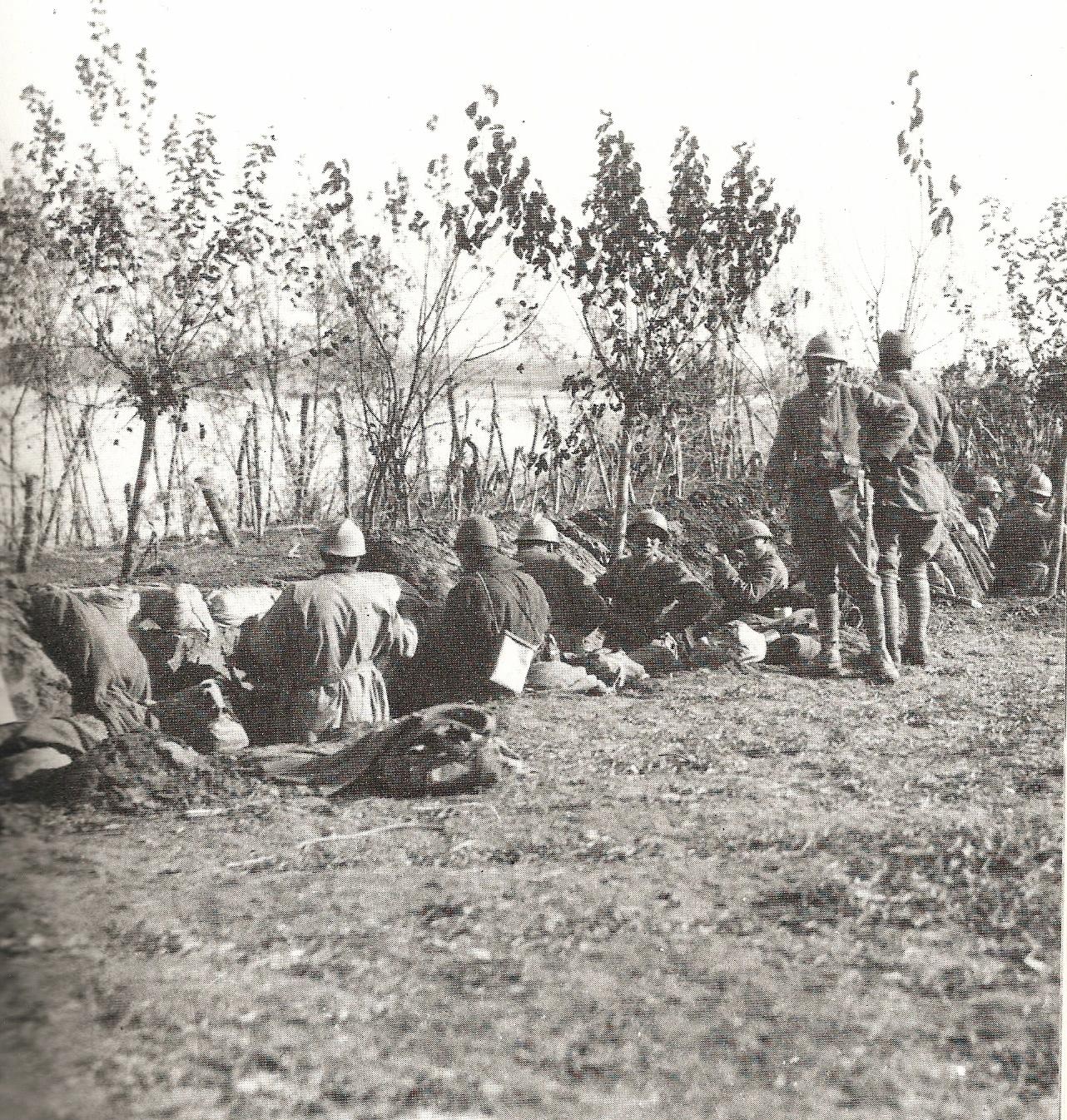 Una delle prime trincee scavate nell'argine destro del Piave nell'ottobre - novembre 1917