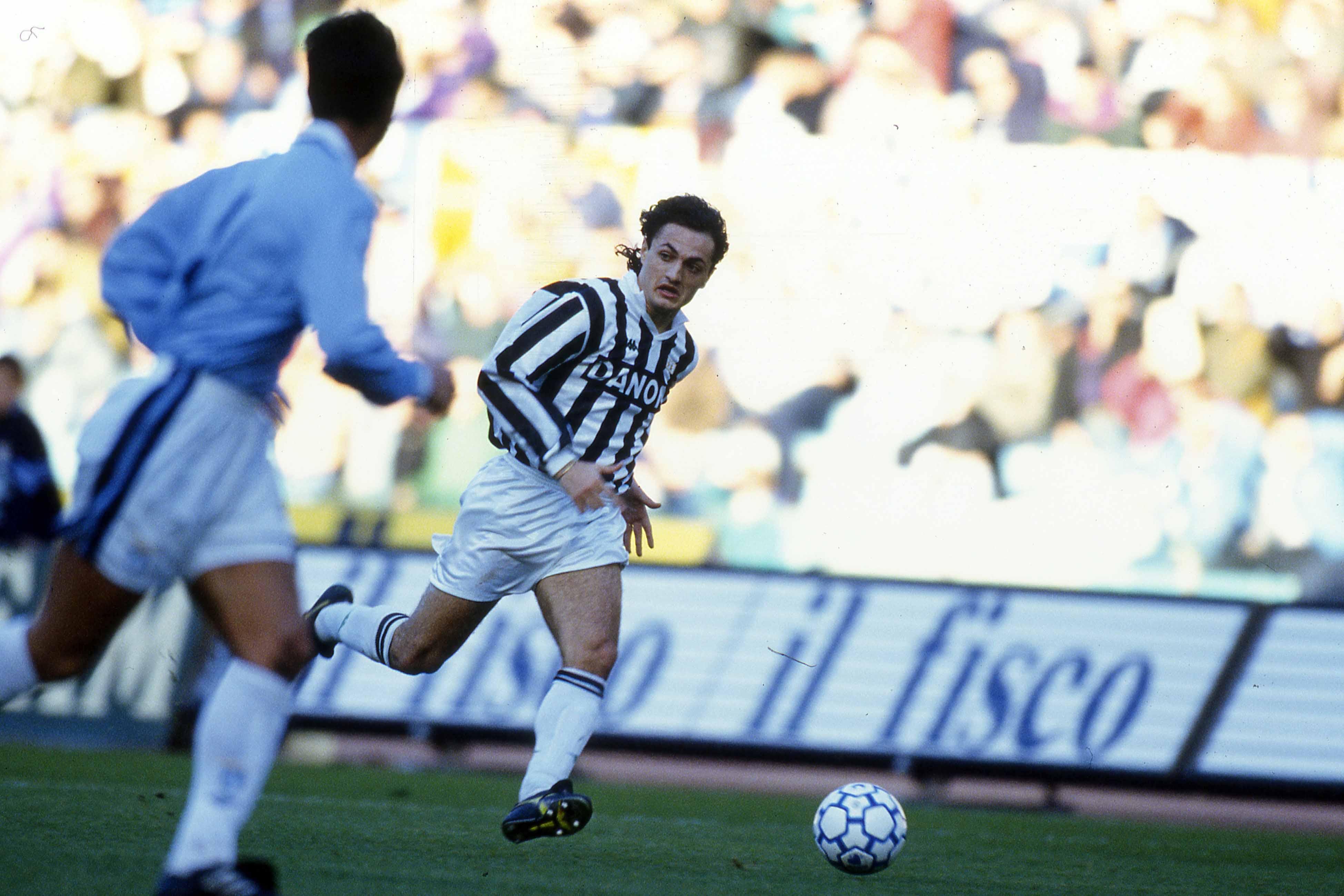 Andrea Fortunato alla Juventus nel 1993, in azione sulla fascia.
