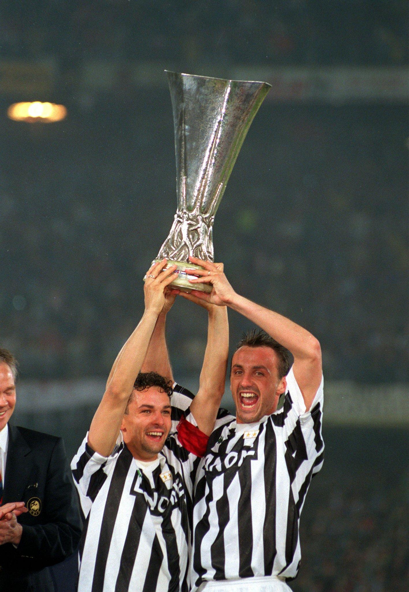 Baggio e Kohler festeggiano la Coppa Uefa del 1993