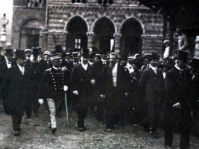 eb58d3c515c58 Francesco Saverio Nitti (a sinistra) con il re Vittorio Emanuele III (2º a  sinistra) al cinquantenario dell unità d Italia (Torino