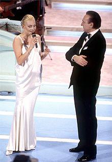 Anna Oxa, nell'occasione valletta, e Pippo Baudo, conduttori con Cannelle del Festival di Sanremo 1994