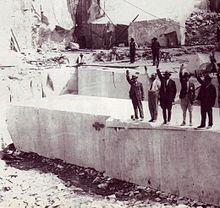 La colonna Mussolini appena estratta da cava Carbonera 1929.jpg