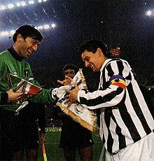 Zenga, nell'occasione capitano nerazzurro, s'intrattiene con lo juventino Baggio prima del derby d'Italia del 28 novembre 1993.