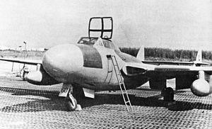 """Un velivolo De Havilland D.H. 113 """"Vampire"""" dell'Aeronautica Militare Italiana, in un area di sosta realizzata con grelle, Foto anni '50."""