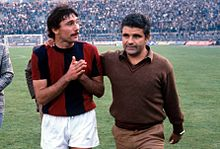 Perani, tecnico del Bologna, esce dal campo assieme a Castronaro sul finire degli anni 1970.