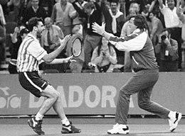 Panatta (a destra), capitano non giocatore della squadra italiana di Coppa Davis, esulta con Camporese nei quarti dell'edizione 1997.