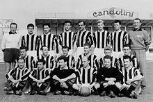 L'Udinese del 1954-1955 che, durante l'estate, passò in poche settimane dallo storico secondo posto in Serie A alla retrocessione d'ufficio tra i cadetti.