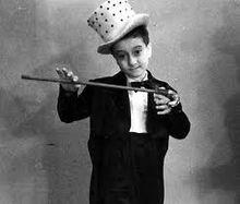 Lucio Dalla nel 1949 all'età di 6 anni, durante una recita scolastica