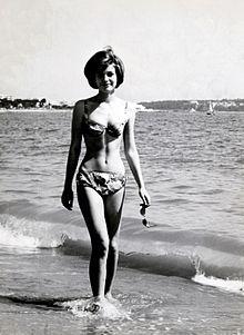 Catherine Spaak in una pausa sul set di Diciottenni al sole (1962)
