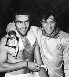 Zenga abbraccia Bergomi, compagno all'Inter e in nazionale, dopo l'amichevole del 1986 contro la Grecia.
