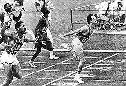L'arrivo vittorioso di Berruti ai Giochi olimpici di Roma 1960.