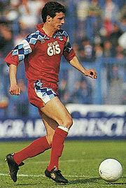 Allegri al Pescara, club a cui legò i migliori trascorsi da calciatore, nella stagione 1992-1993: per via del fisico asciutto venne soprannominato Acciuga, appellativo poi mantenuto da allenatore.