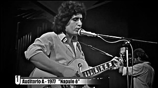 Pino Daniele alla sua prima apparizione televisiva nell'estate 1977 mentre interpreta Napule è accompagnato dall'orchestra dell' Auditorium Rai di Napoli diretta da Pino Presti (Auditorio A - Rai 2)