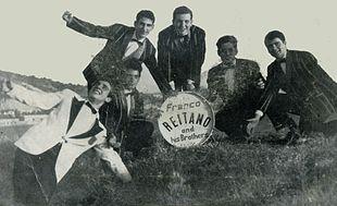 Mino Reitano, in giacca bianca a sinistra, insieme ai suoi fratelli nel 1960
