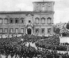 Alcune camicie nere sfilano davanti al Quirinale, all'epoca residenza reale.
