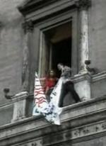 Marina Ripa di Meana espone un manifesto con la scritta